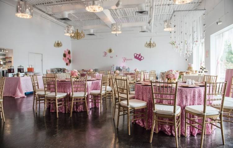 Ritzy Catering arranges 72 seating places which can be rearranged for large  groups and special events like weddings, corporate parties or baby showers
