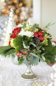 love this pretty christmas flower arrangement idea for a DIY  centrepiece using pink roses, ivy